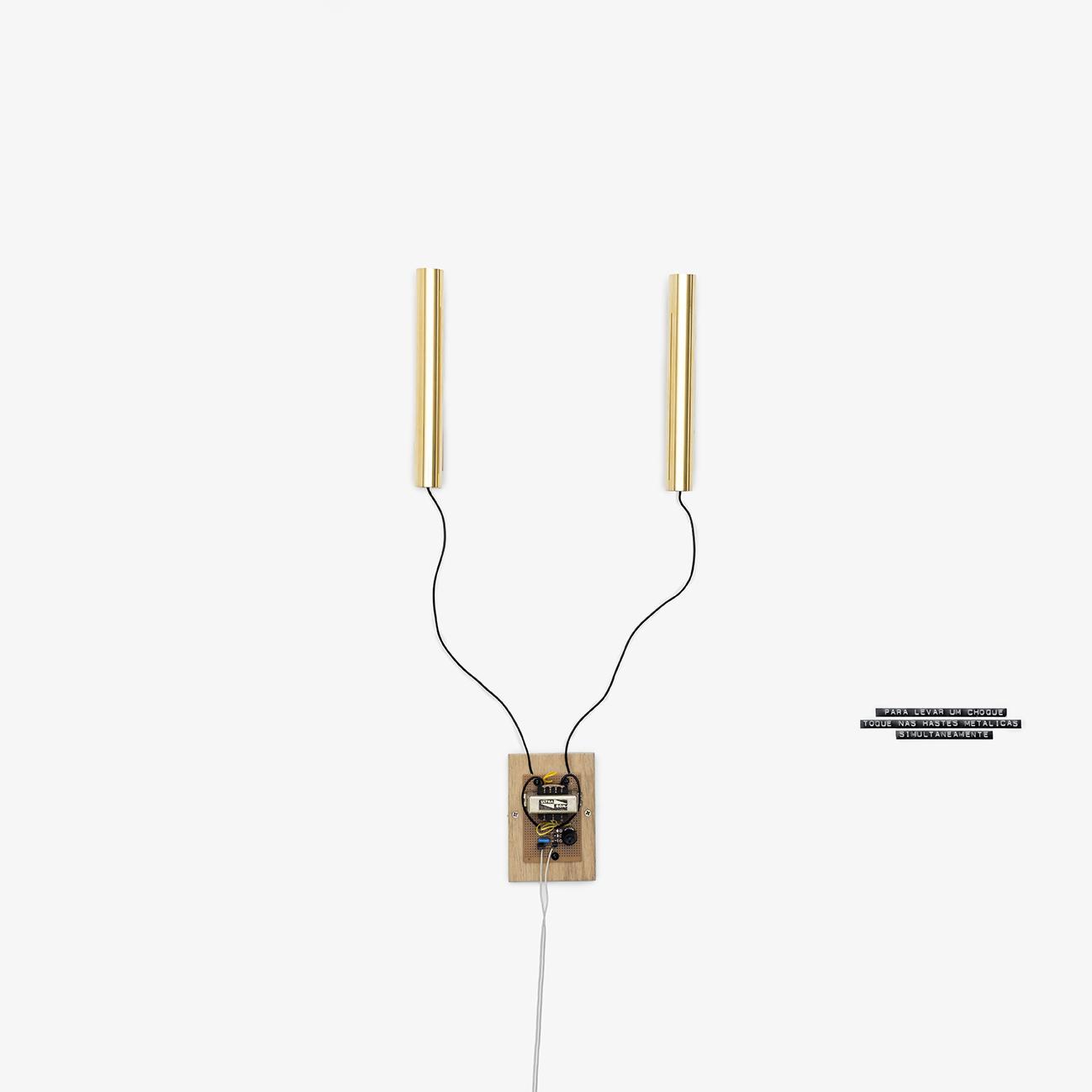 Para levar um choque, toque nas hastes metálicas simultaneamente,  2016  eletricidade, transformador, latão e ouro  150 x 29 x 6 cm