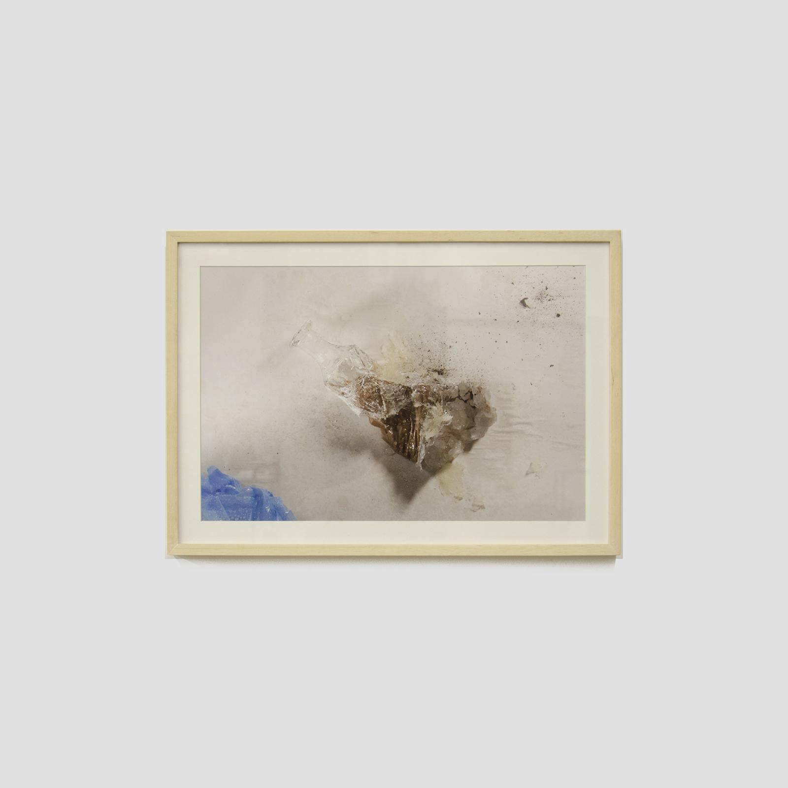 etimologia da palavra garrafinhadevidrodobanheiro,  2013  fotografia (Lambda Print)  Edição: 1/5 + P.A.  40 x 35 cm