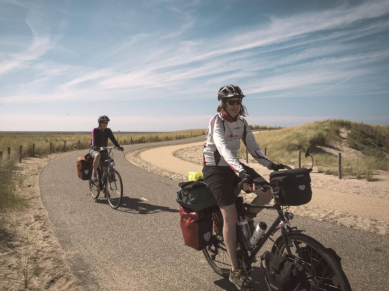 Verkehrsfreie Radwege führen uns durch die Dünen entlang der Küste Hollands.