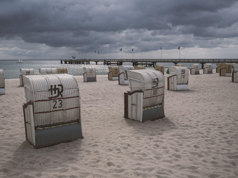 Die Strandkörbe an der Ostsee sind einsam und verlassen
