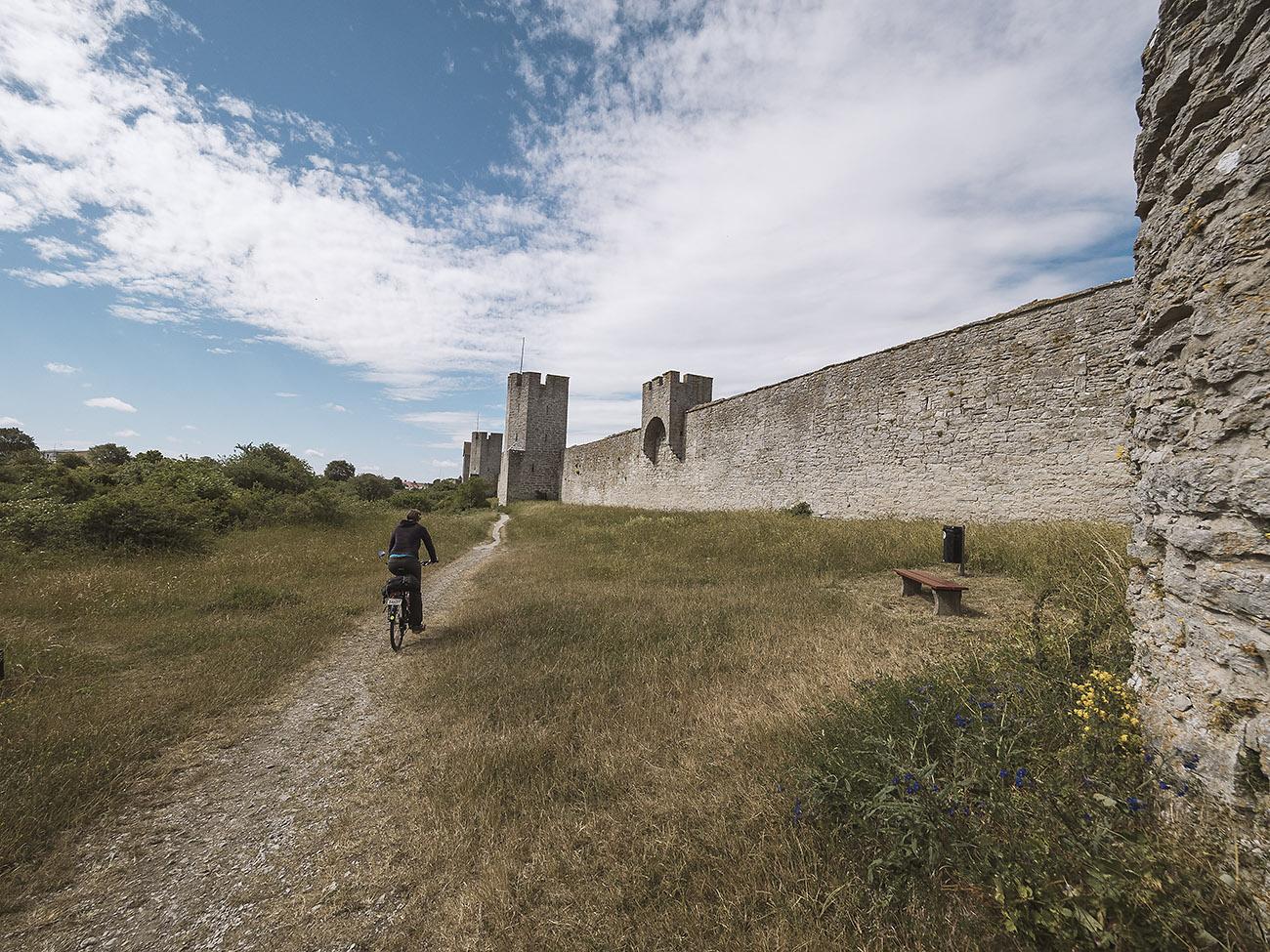 Die Stadtmauer umschliesst noch immer den Stadtkern von Visby