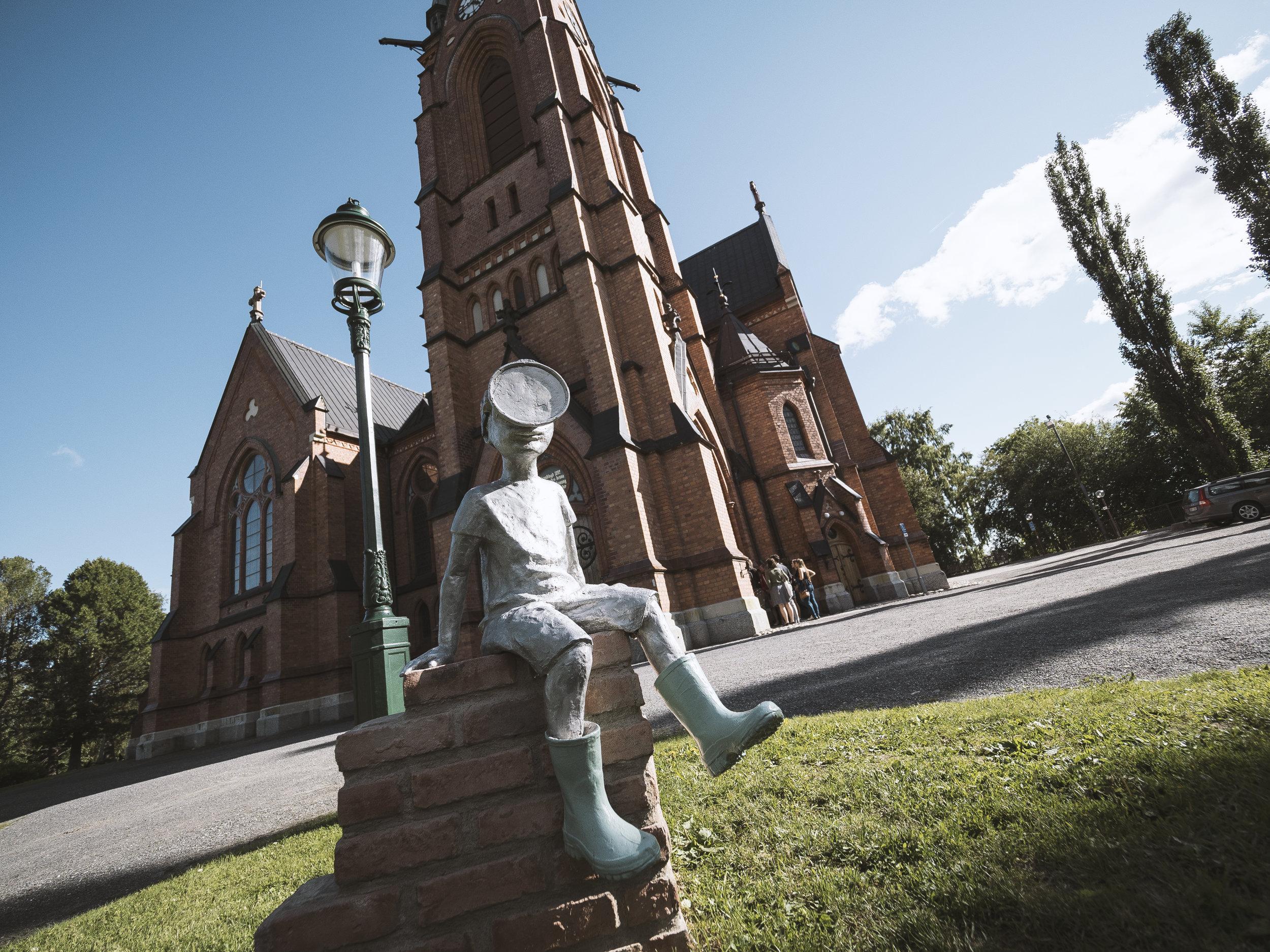 Kleiner Bub vor der Kirche in Umeå