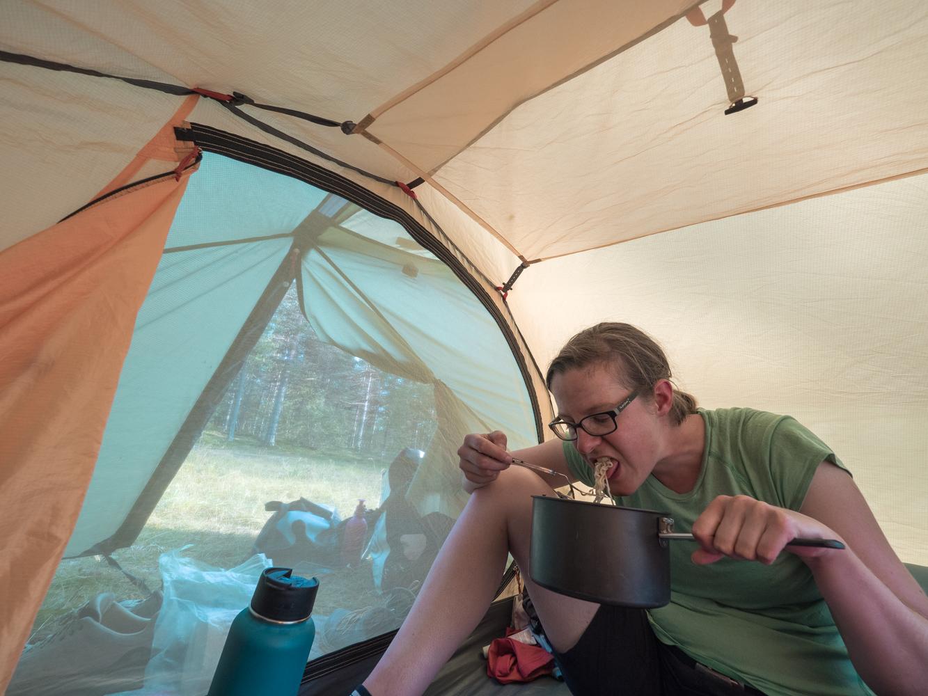 Abendessen im Zelt - Flucht vor den Mücken