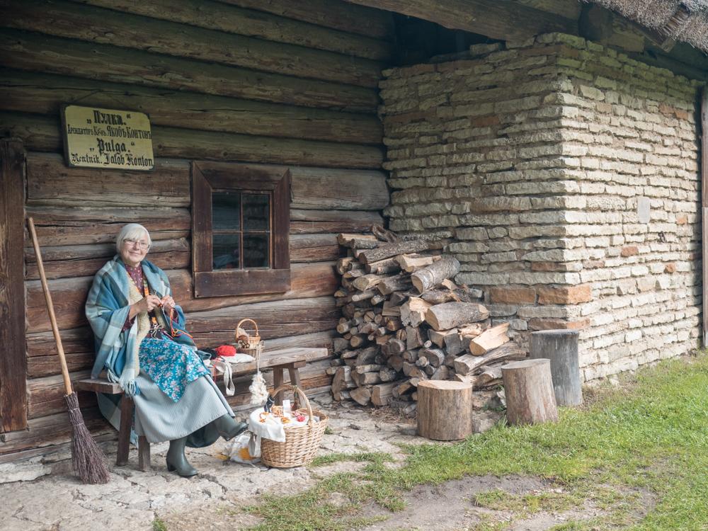 Freilichtmuseum: Die Mitarbeiter sind passend gekleidet und erzählen was zur Geschichte Estlands