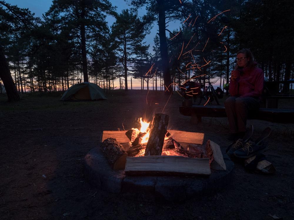 Cooler Campspot direkt am Meer. Den teilen wir uns mit vielen Mücken