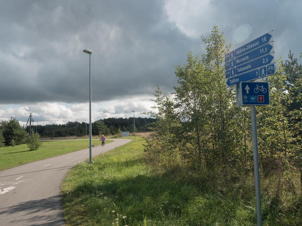 Vorbildliche Beschilderung der Radwege. Hier ausserhalb von Tallinn