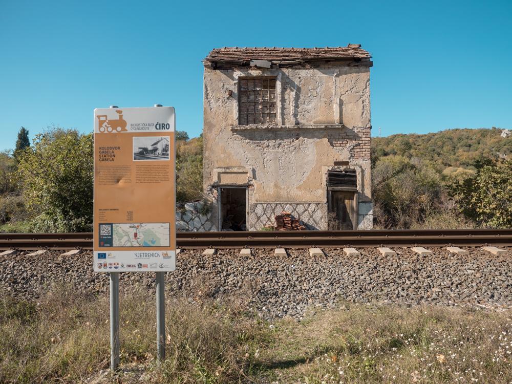 Wir landen unverhofft auf einem Veloweg, der an einem verlassenen Bahnhof vorbeiführt