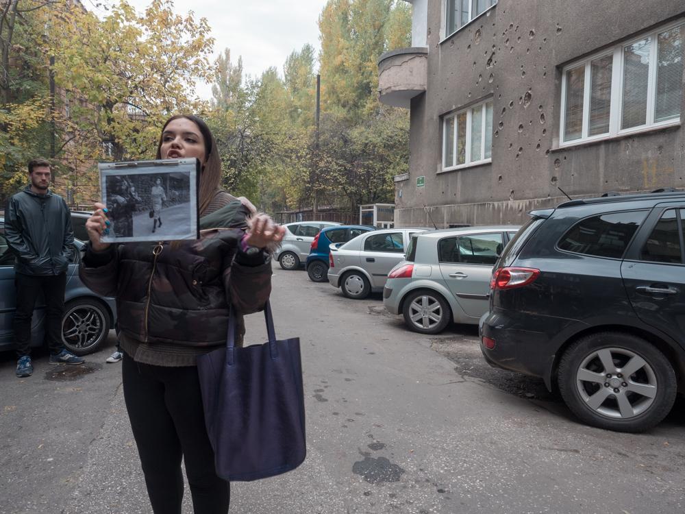 Stadtführung durch Sarajewo, hier vor einem Haus mit Bombeneinschlag