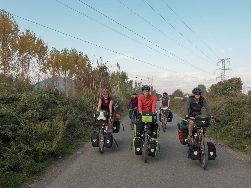 Auf den Landstrassen von Albanien mit den beiden Berner und Engländern