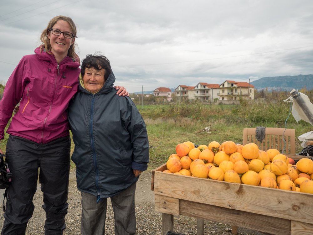 Die nette Kaki-Verkäuferin überhäuft uns mit Früchten