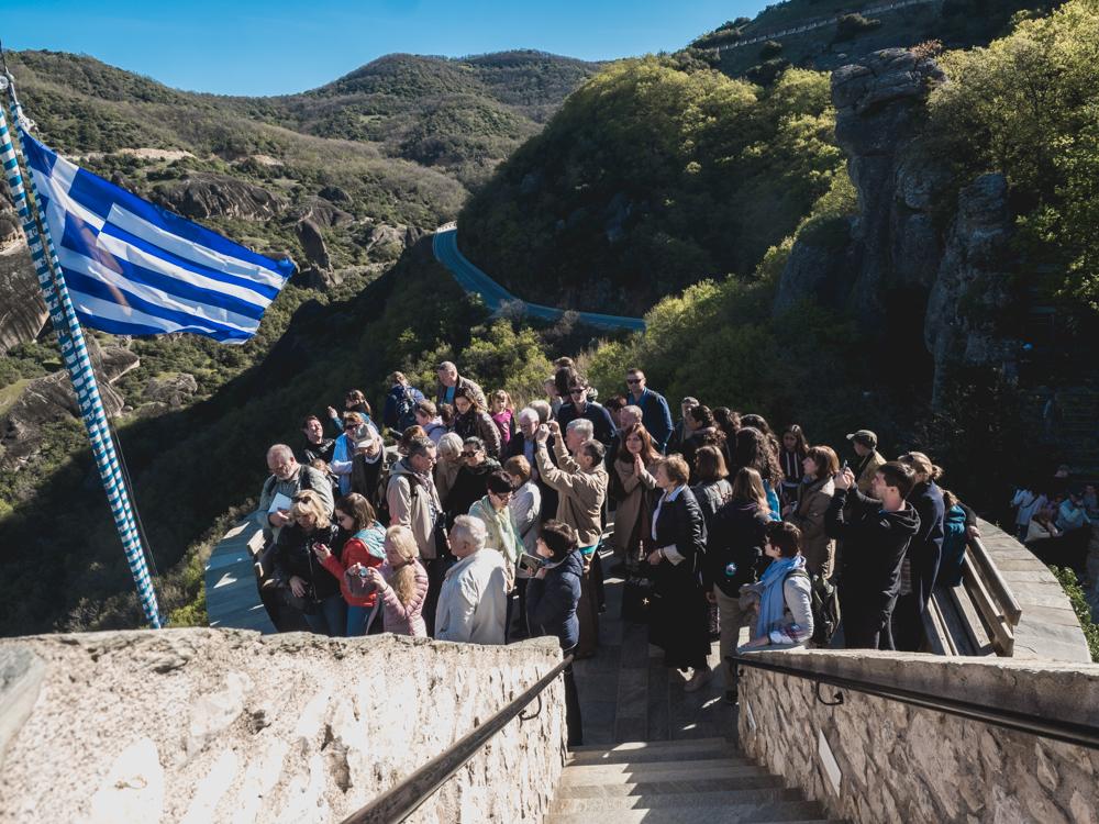 Touristengruppe vor dem Nonnenkloster in Meteora