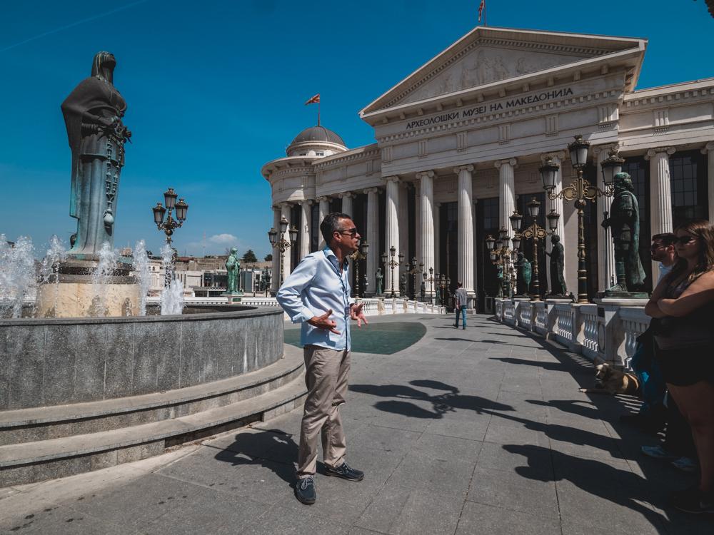 Unser Guide führt uns durch Skopje und an etlichen Statuen vorbei