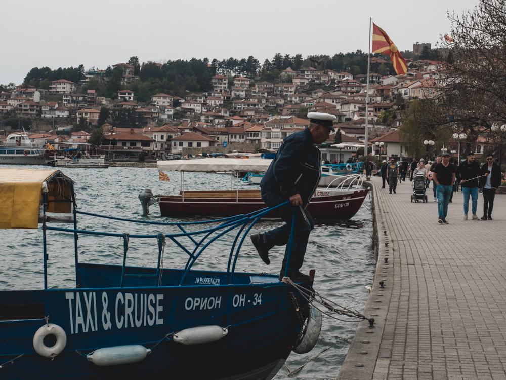 In Ohrid versuchen uns Kapitäne an Board zu ziehen