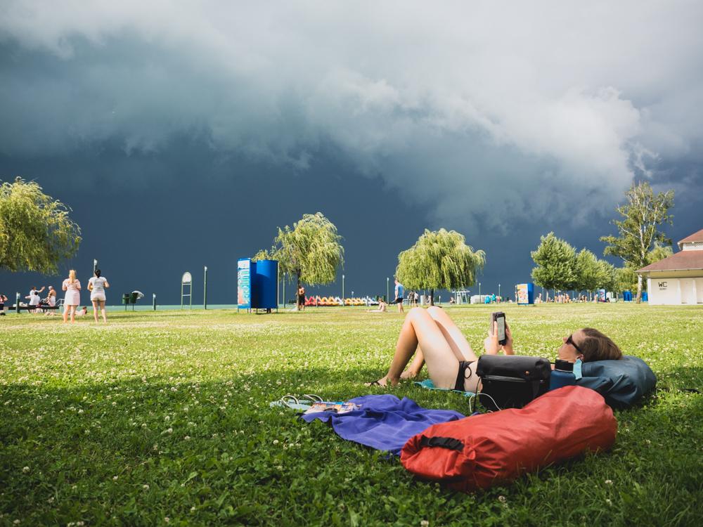 Ein Gewitter zieht über den Balaton See