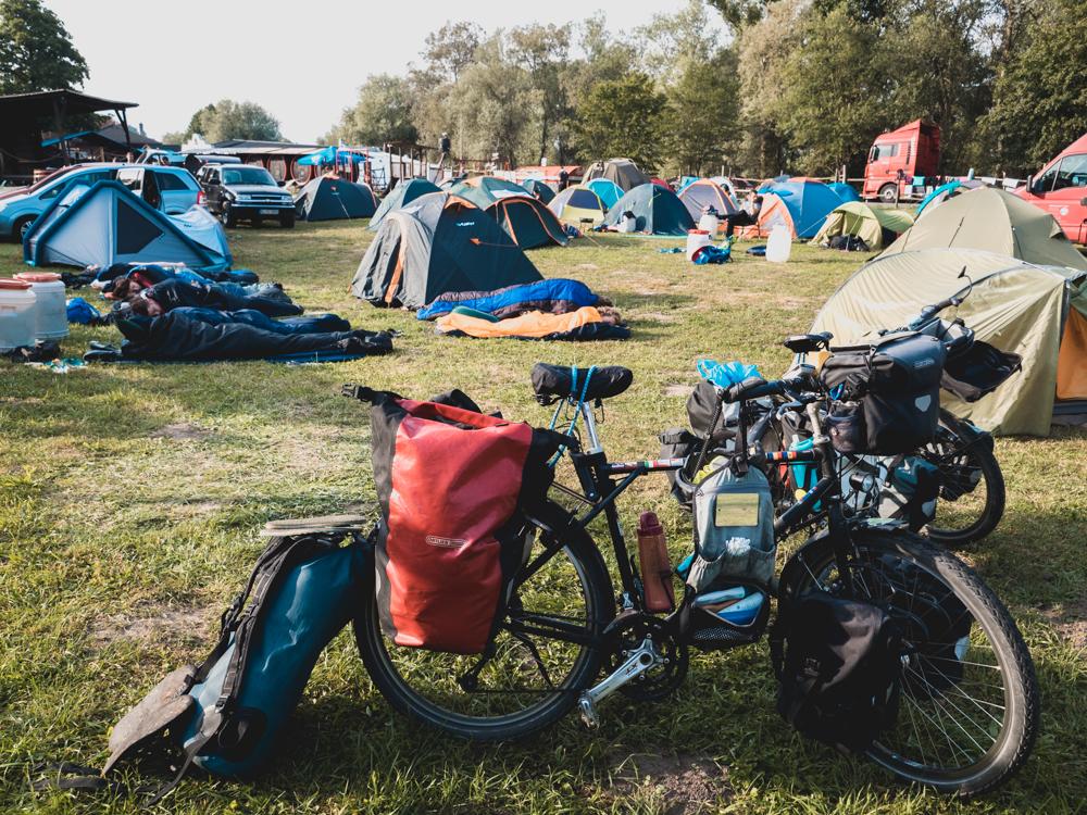 Einen Meter vor unserem Zelt haben sich ein paar Leute mit  den Matten aneinandergereiht