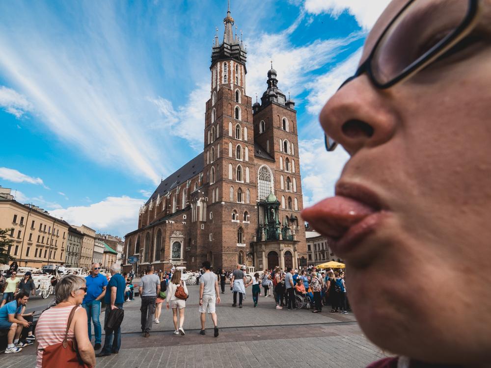 Sandra reinigt noch kurz die Kirche auf dem Krakauer Marktplatz