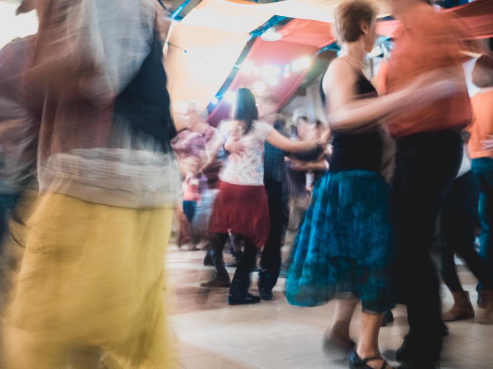 Besuch eines Folkfestivals. Wer nicht tanzt fällt auf