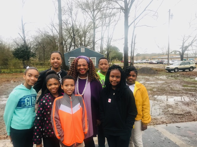 Lake Principal LeKeisha Sutton (back left), Cindy Ayers (middle) (Footprint Farms and Rosemont CLT), and Lake Elementary School students.
