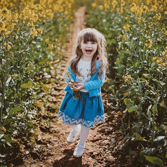 Just look at that cheeky, gorgeous smile 😍 ❤️#letthekids #wildones #wildandfree #devonfamily #devonphotographer #devonphotography #adventures #rapeseed #meadow #familyphotography #childphotography #collectingflowers #springhassprung