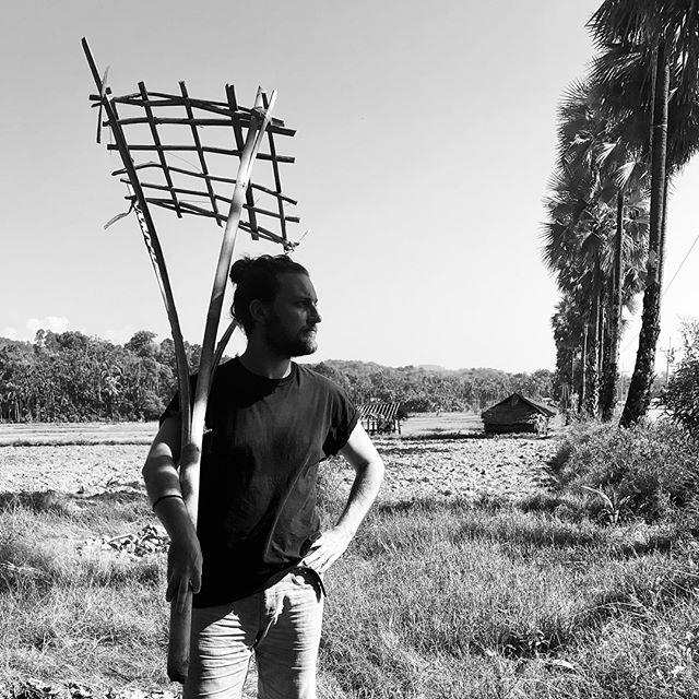 Ich schaue auf drei eindrückliche Wochen mit wunderbaren Menschen zurück. Ich hatte unteranderem das Glück in die Welt der letzten Seenomaden von Myanmar einzutauchen und ihren Umgang mit Materialien kennen zu lernen. Ich konnte die Bauart und Nutzung ihrer Objekte und Behausungen untersuchen. Besonders beeindruckend ist die Einbindung von zufällig angeschwemmten modernen Materialien wie beispielsweise Kunststoffe, welche zur Reparatur von  Booten, Dächern und Werkzeugen Verwendung finden.