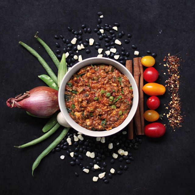 Hearty Heirloom Vegetable Chipotle Chili. 🌶🍅🌽 ⠀⠀⠀⠀⠀⠀⠀⠀⠀ This hearty vegetable soup is a taste of the two local farms we have partnered with. We combine all of the hearty summer vegetables to make this #smokey, filling #chili. If you so #desire you can add shredded chicken, tofu, cheese, or tempeh to this flavorful vegetable packed chili!  Have it #yourway 👑#eatnobullfood