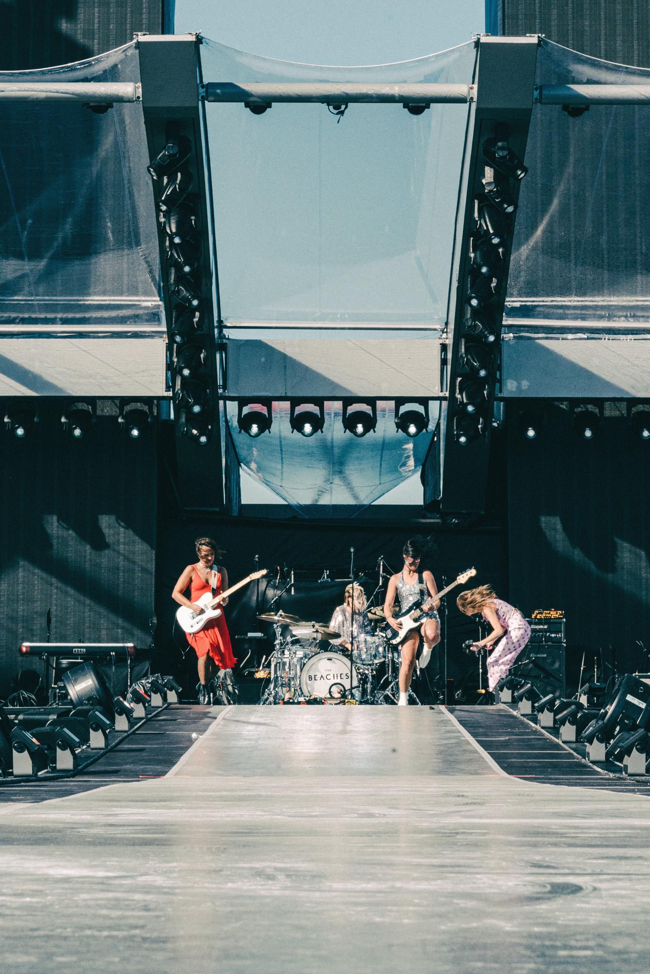 The_Beaches_Rolling_Stones_Born_Razed_15.jpg