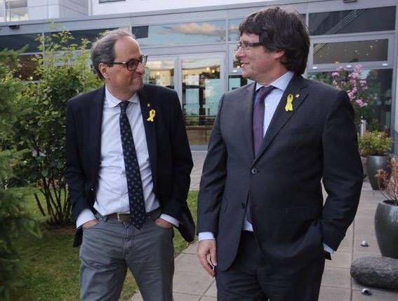 """Quim Torra og Carles Puigdemont í Berlin. Torra er virkandi forseti í Katalonia, men í flokkinum umrøða tey framvegis formannin Carles Puigdemont sum """"the legitimate president""""."""