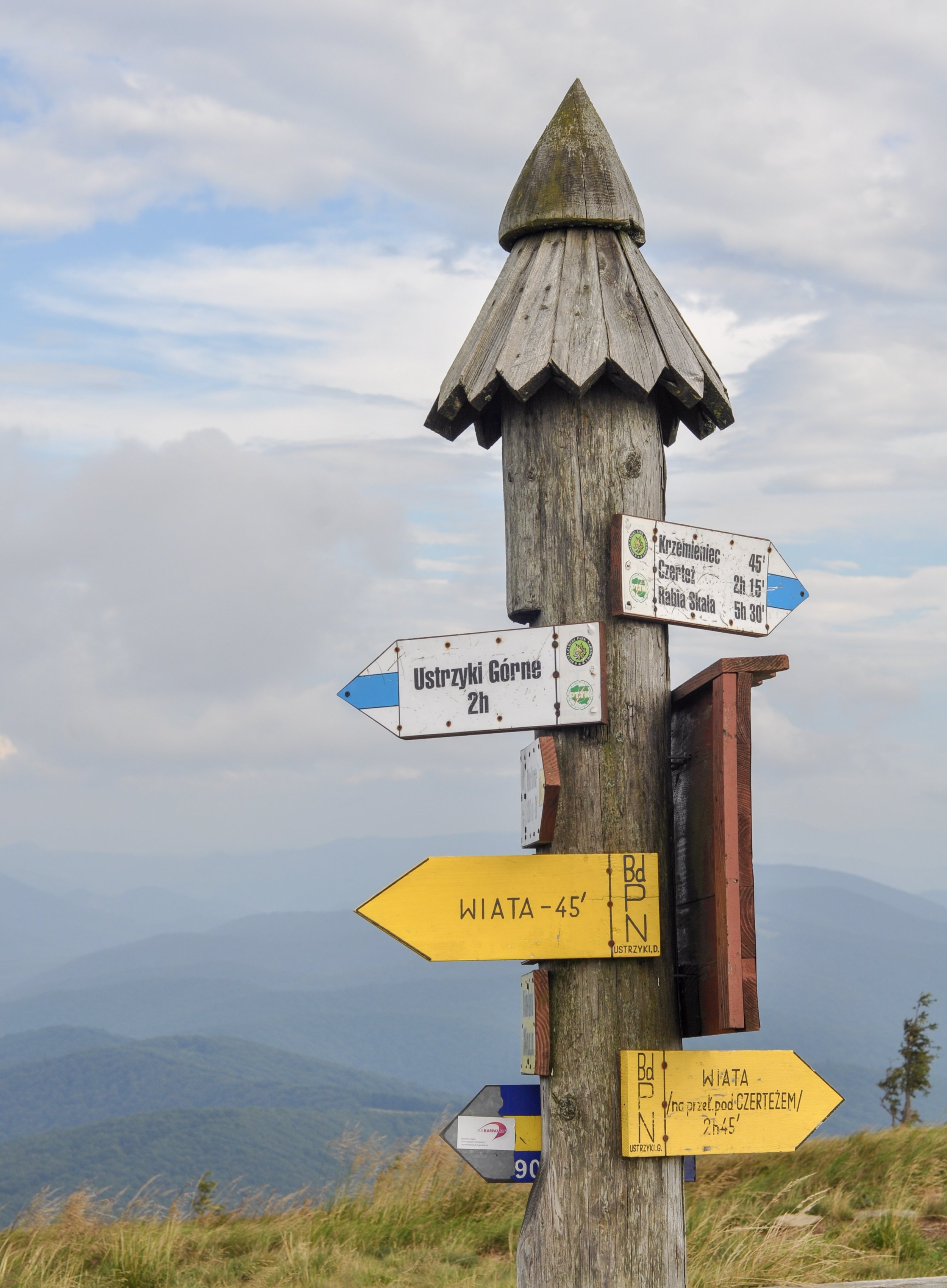 Signpost with arrows pointing out the various trails on the Tri-Border hike in the Bieszcady Mountains