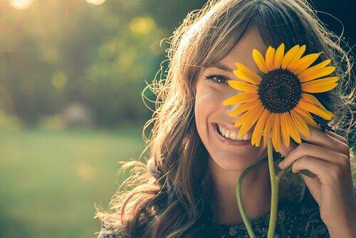mujer-alegre-con-un-girasol-en-la-cara.jpg