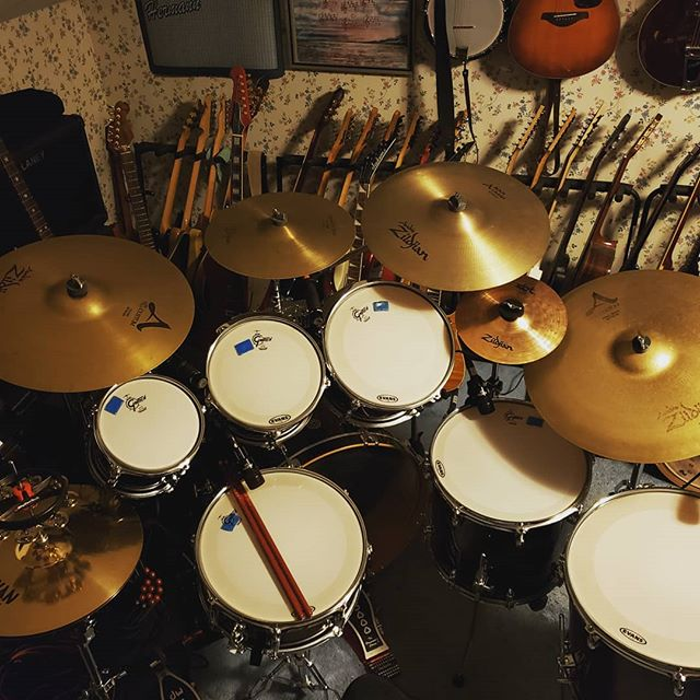 New drums.❤🥁 Some guitars in the background. ❤🎸 #edhermann #theedhermannproject #guitarist #musiciandaily #gretchdrums