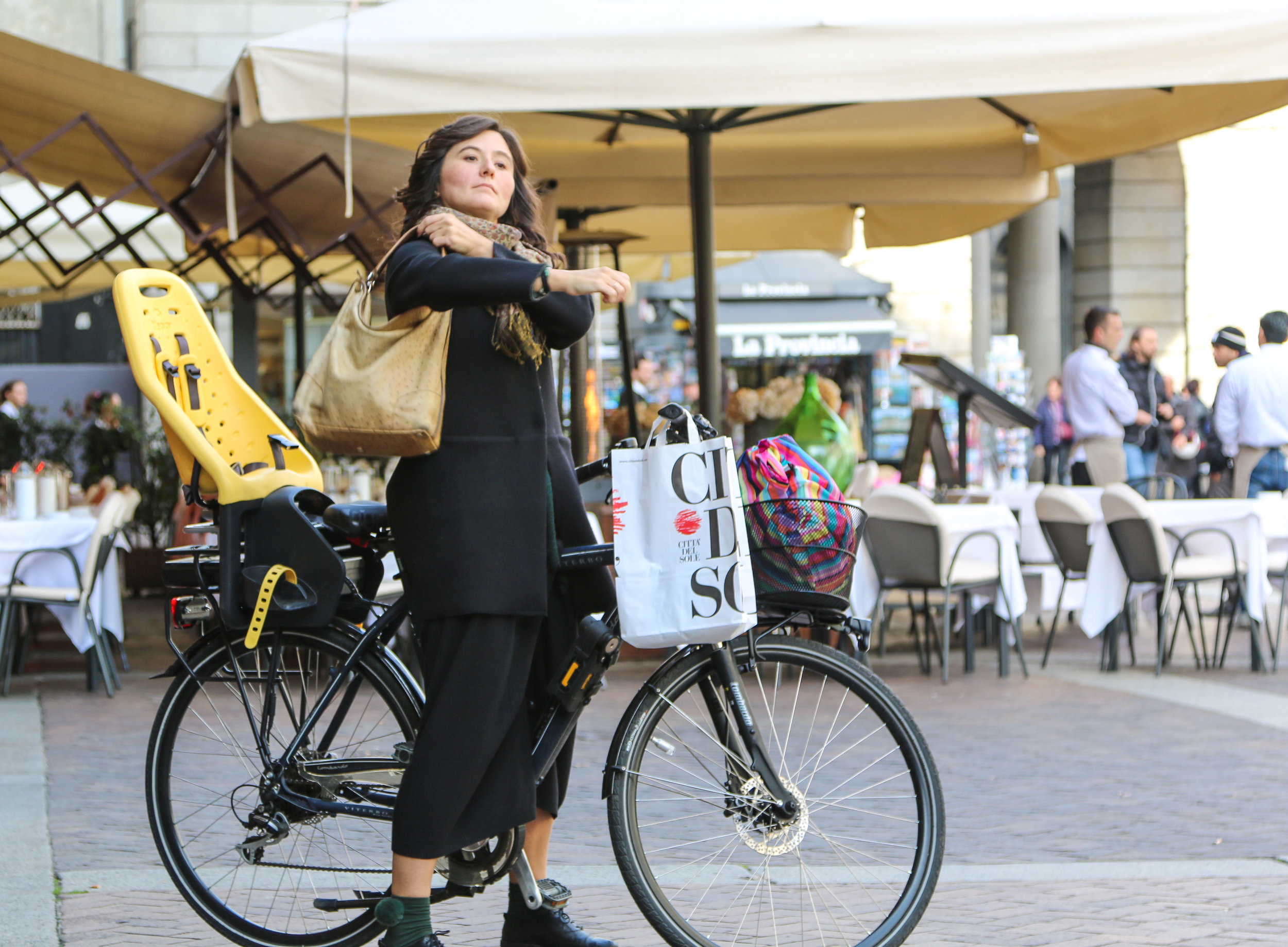 That Italian style, even while doing errands by bike.