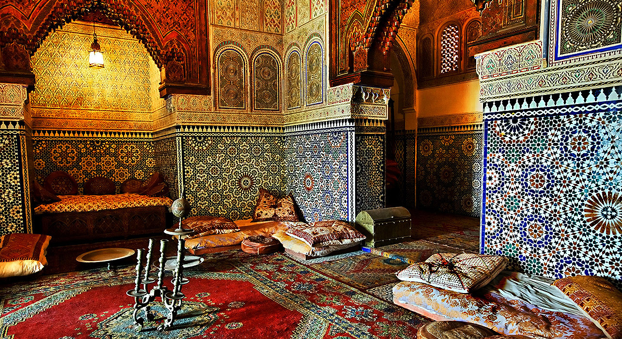 1-slide-morocco-essaouira-marrakesh-ornate-room-pano.jpg