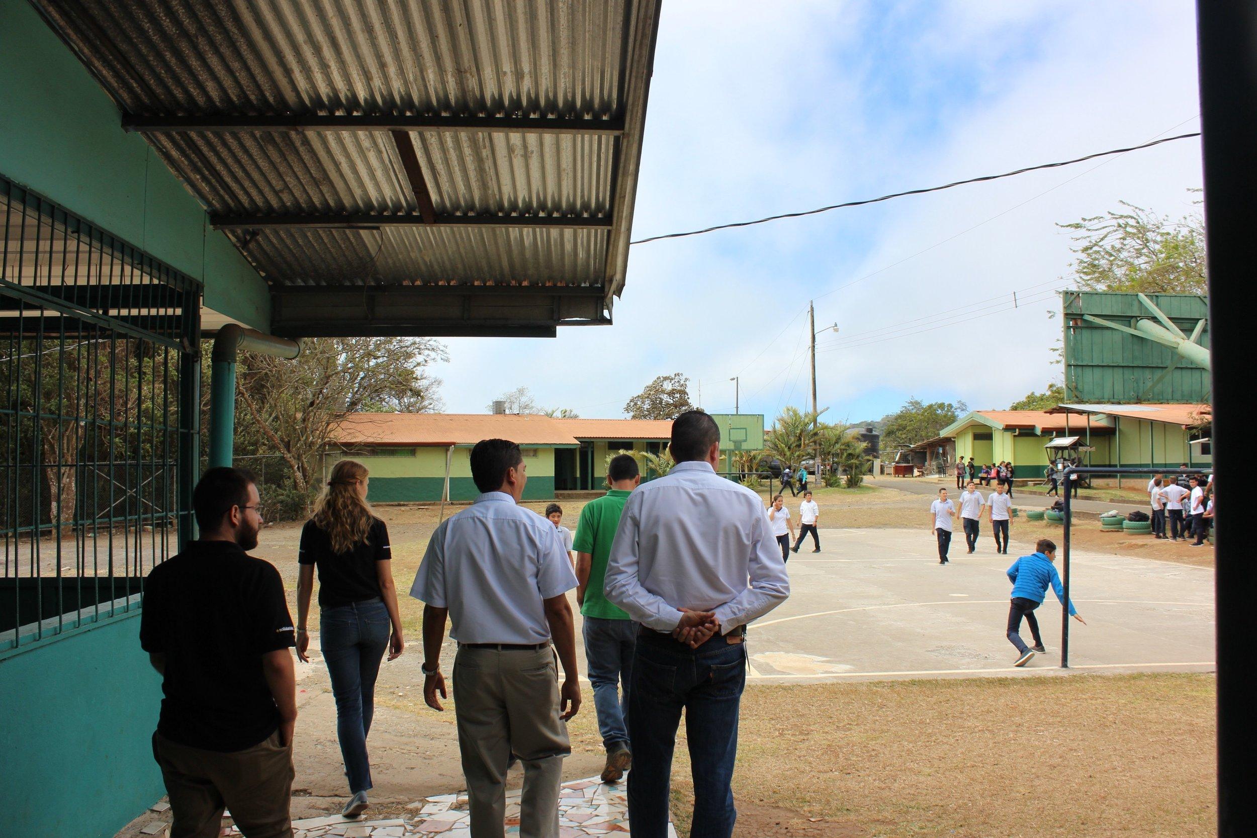 IMG_4802-tour y estudiantes jugando futbol.jpg