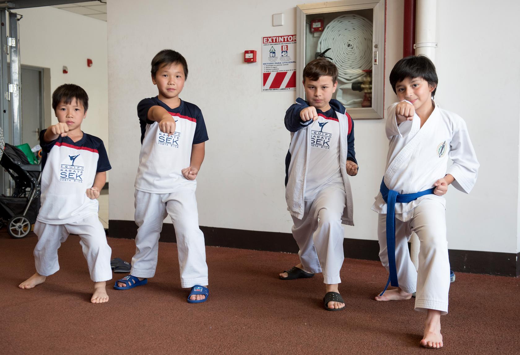 Estudiantes de karate del Colegio Internacional SEK se presentaron durante la Feria de Colegios de EKA. Estas presentaciones permiten a otras familias conocer más allá de la oferta académica.