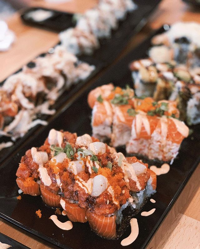 People (like 3... but still people) keep asking me what I'm going to do first when Charlie's out. EAT SUSHI. Not just the baked rolls. I miss it so much.  So who's going to bring me sushi to my hospital bed?  #thedailyjenny #pregnancycravings #thirdstrimester #sushiaddict