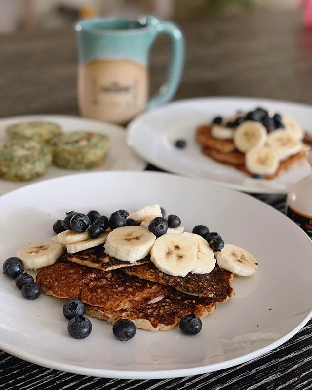 Willy and I have been obsessed with these Almond Poppyseed pancakes from @kodiakcakes. We've made them pretty much 3 days straight and can't get enough. I top them off with blueberries and bananas and a little maple syrup. Pro tip: don't use oat milk. It burns.  #thedailyjenny #breakfast #kodiakcakes