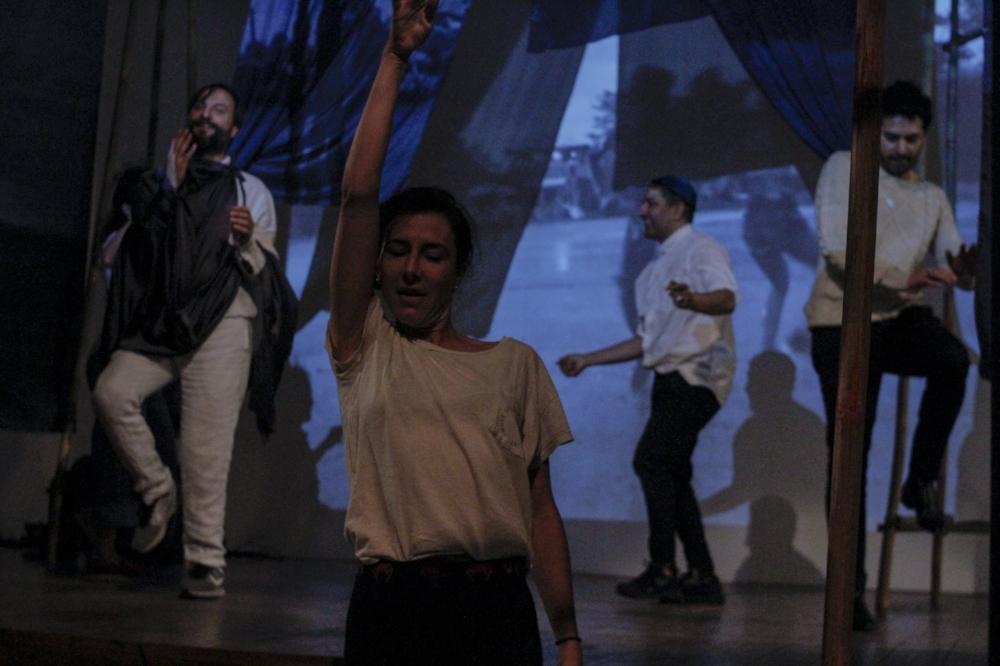 Cecilia Bengolea giving a collective dancehall class (performance still)
