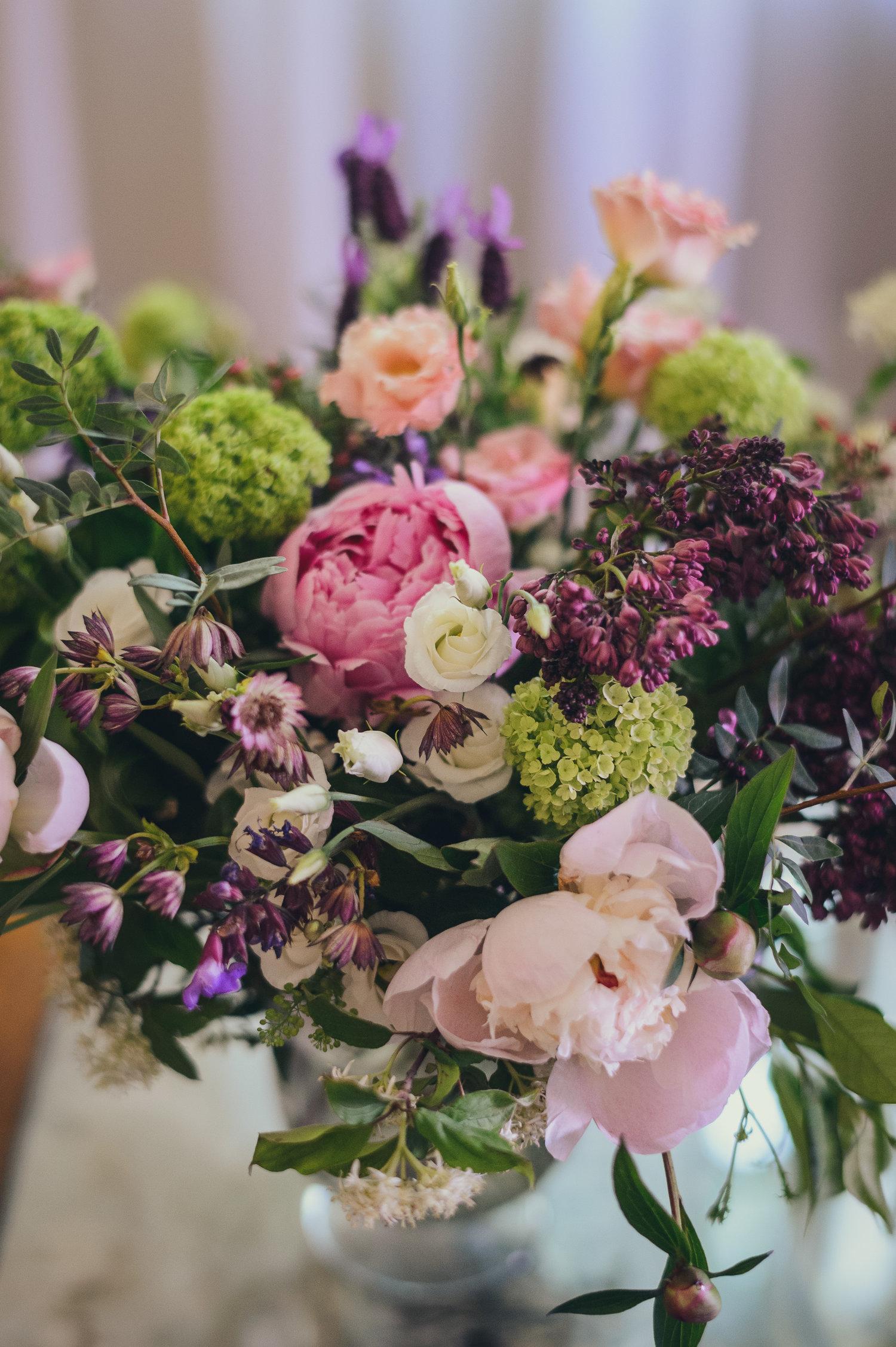 Mazzo Di Fiori Su Una Sedia Renoir.Blog Style By Tania Muser Tania Muser Floral Designer Tania Muser