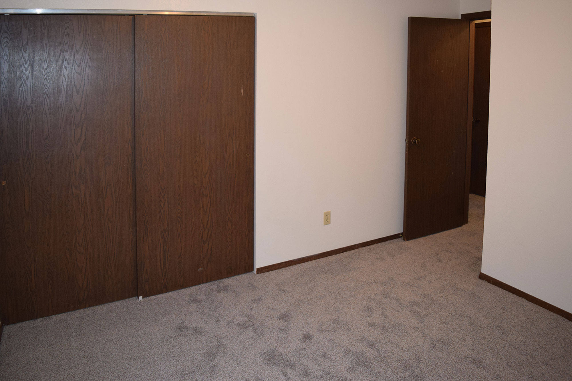 Bedroom2_1.JPG