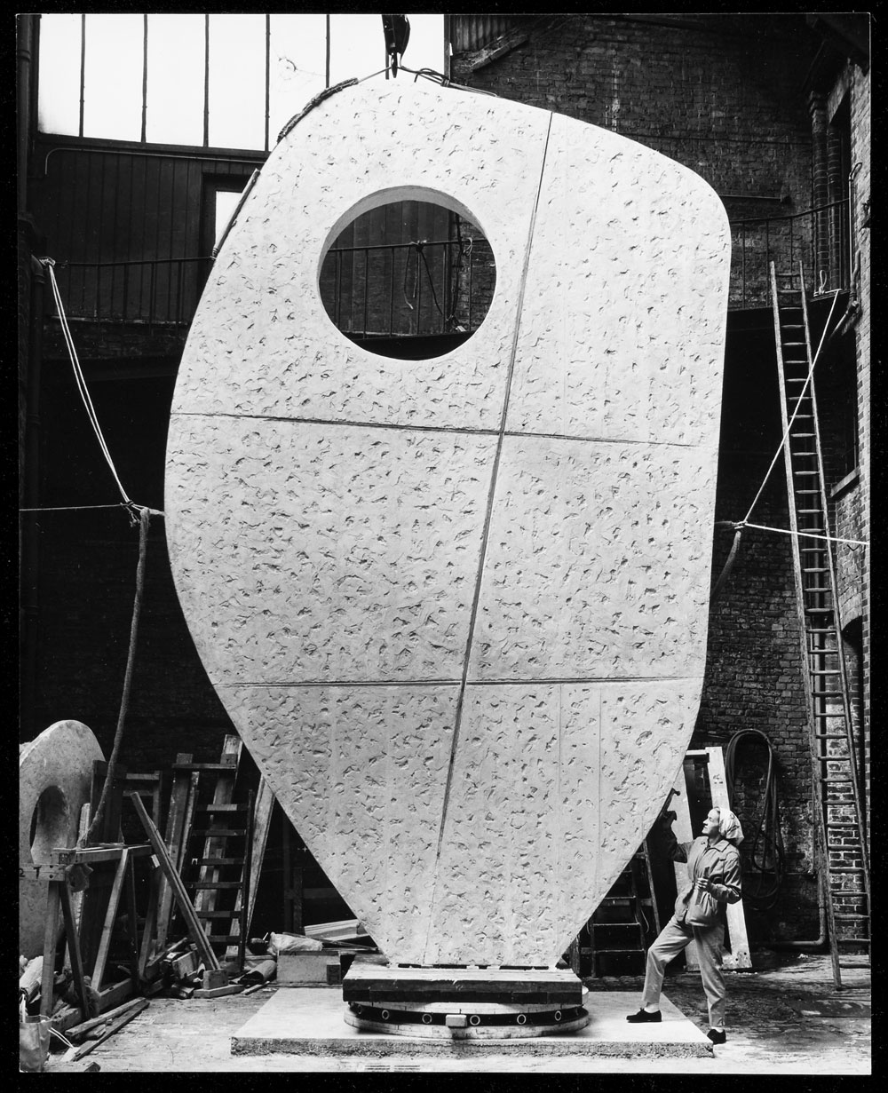 barbara-hepworth-with-the-plaster-of-single-form-web.jpg