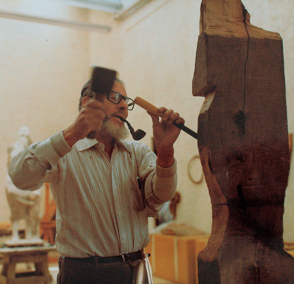 Francisco Zúñiga working on  Woman with Hands at Her Face  (CR no. 880), 1981.