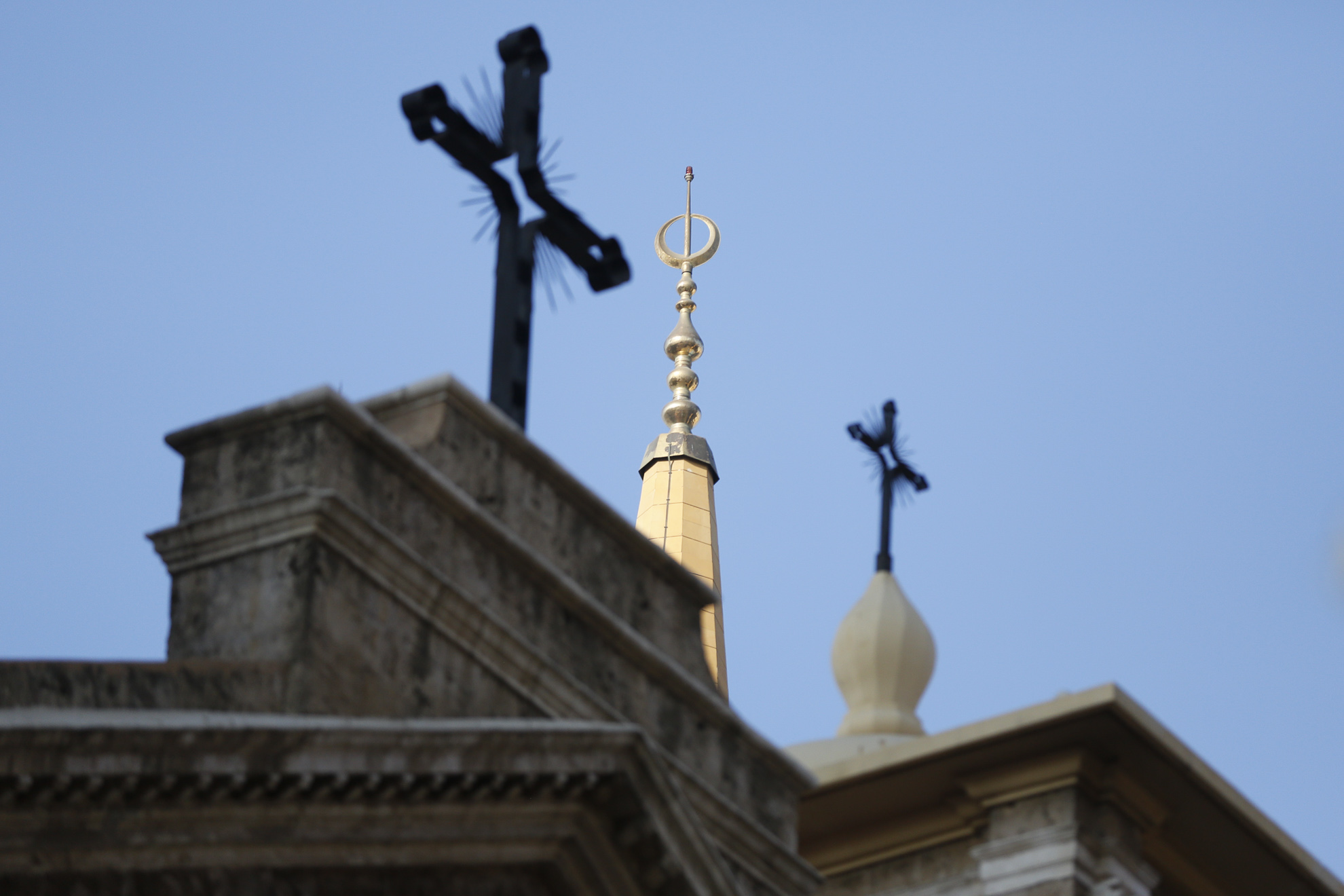 Les croix de l'église Saint-George de Beyrouth, en contrebas de la plus haute tour de la Mosquée bleue.