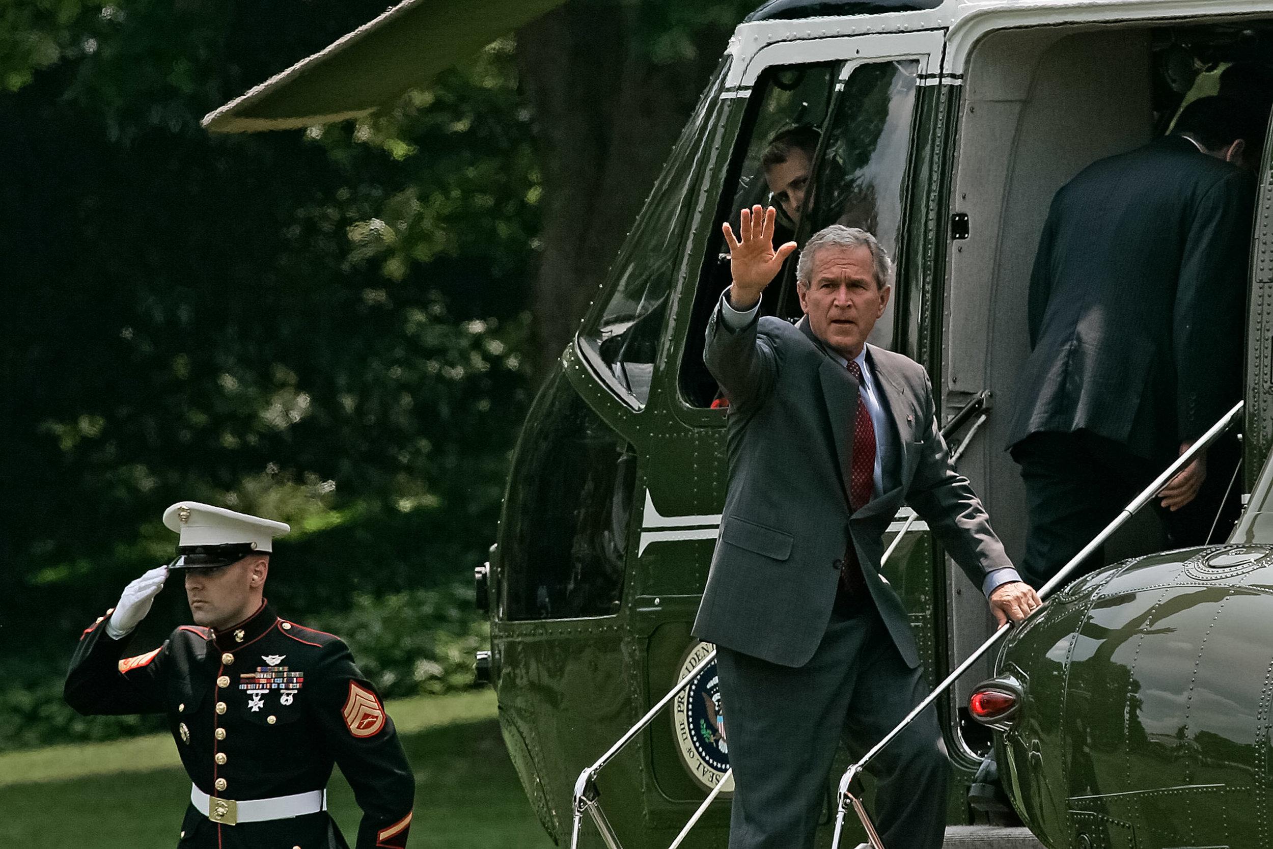 Le Président George W, Bush salut les photographes derrière la Maison Blanche avant de s'envoler vers Fort Belvoir en compagnie du Premier Ministre de l'Irak Nouri Al-Maliki.