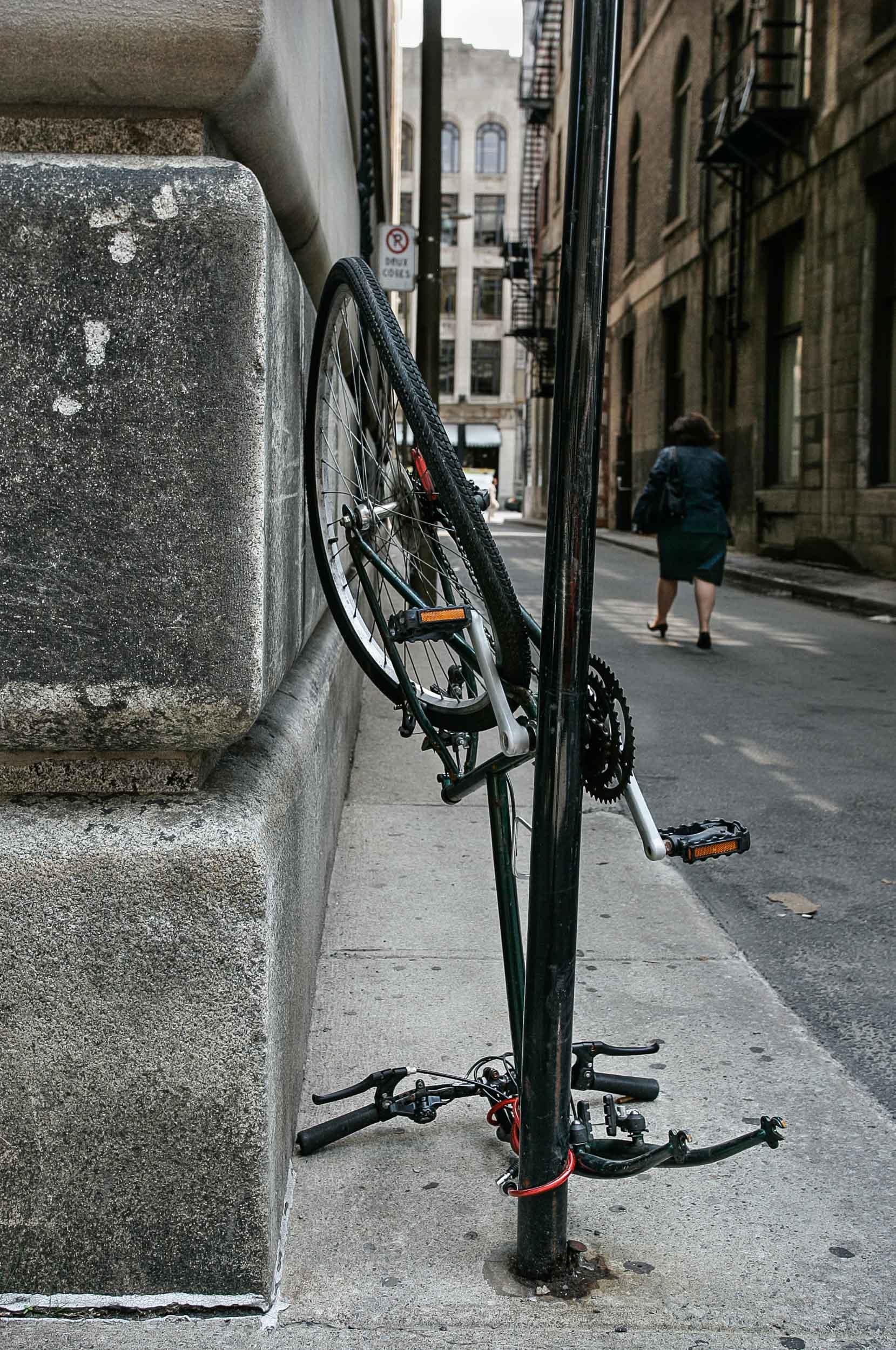 Dure, la vie de vélo à Montréal, souvent cadenassé à un poteau ou un arbre le temps d'un café qui s'allonge ou d'un verre en bonne compagnie, le temps vient changer la vie de cette bécanne en la transformant au fil des saison.PHOTO / NORMAND BLOUIN