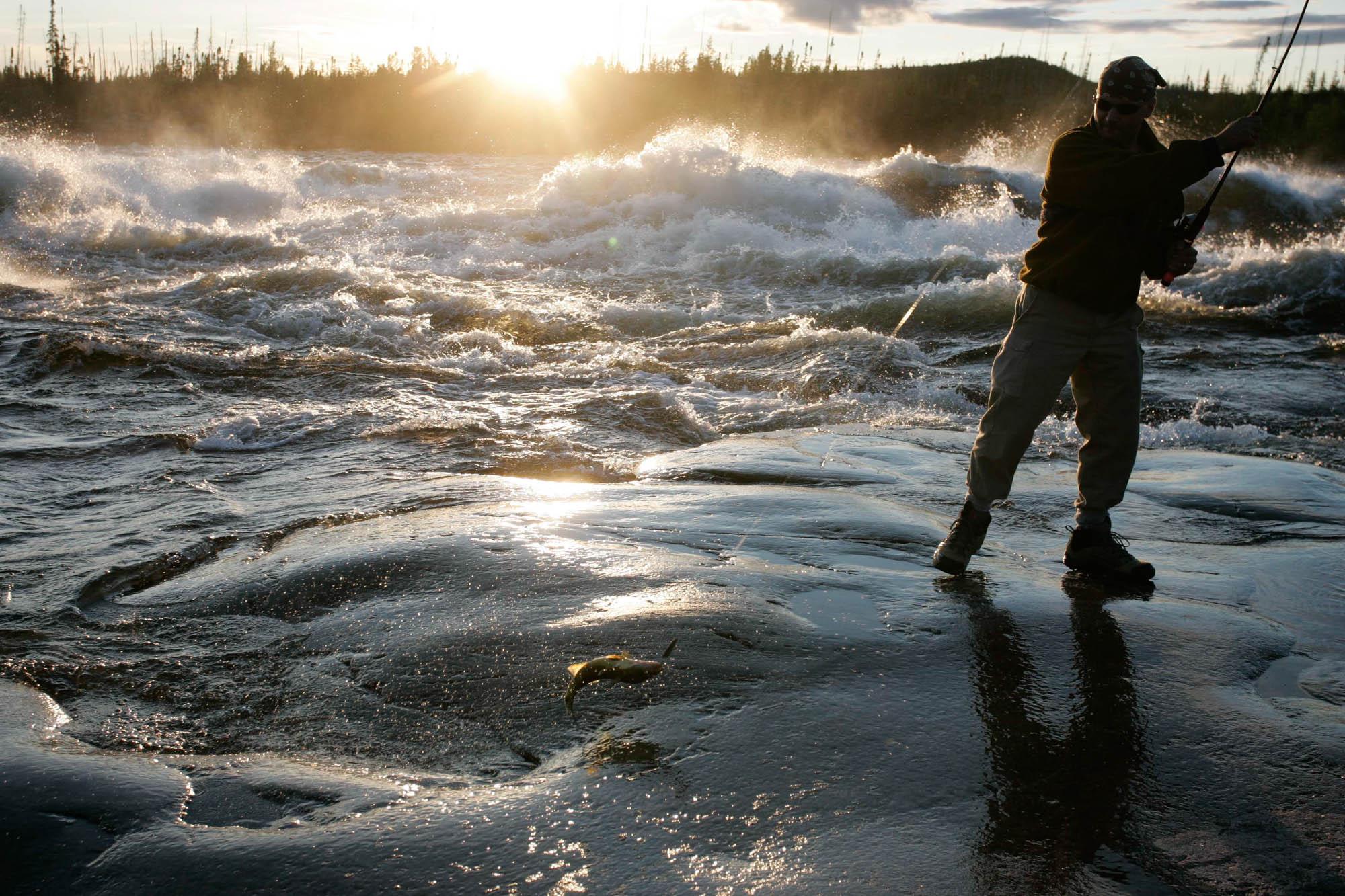 Stéphane Pelletier capture un doré sur la rivière Rupert à environ 300 Kilomètre de l'embouchure durant une expedition en juillet 2006. Expedition on the Rupert River, July 2006.