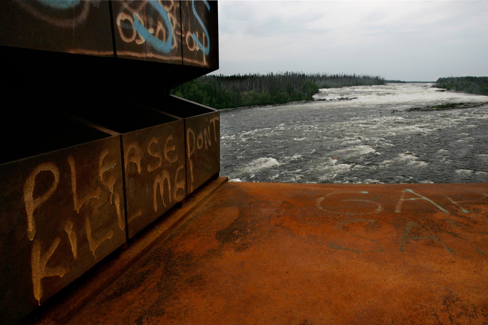 Rivière Rupert, Juilet 2006. Le pont qui enjambe la Rivière Rupert  sur la route de la Baie James au rapide Oatmeal est couvert de message  sans équivoque S'il vous plait ne me tuer pas!