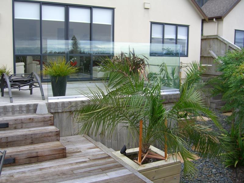 (6) Glass fence with kwila deck & steps