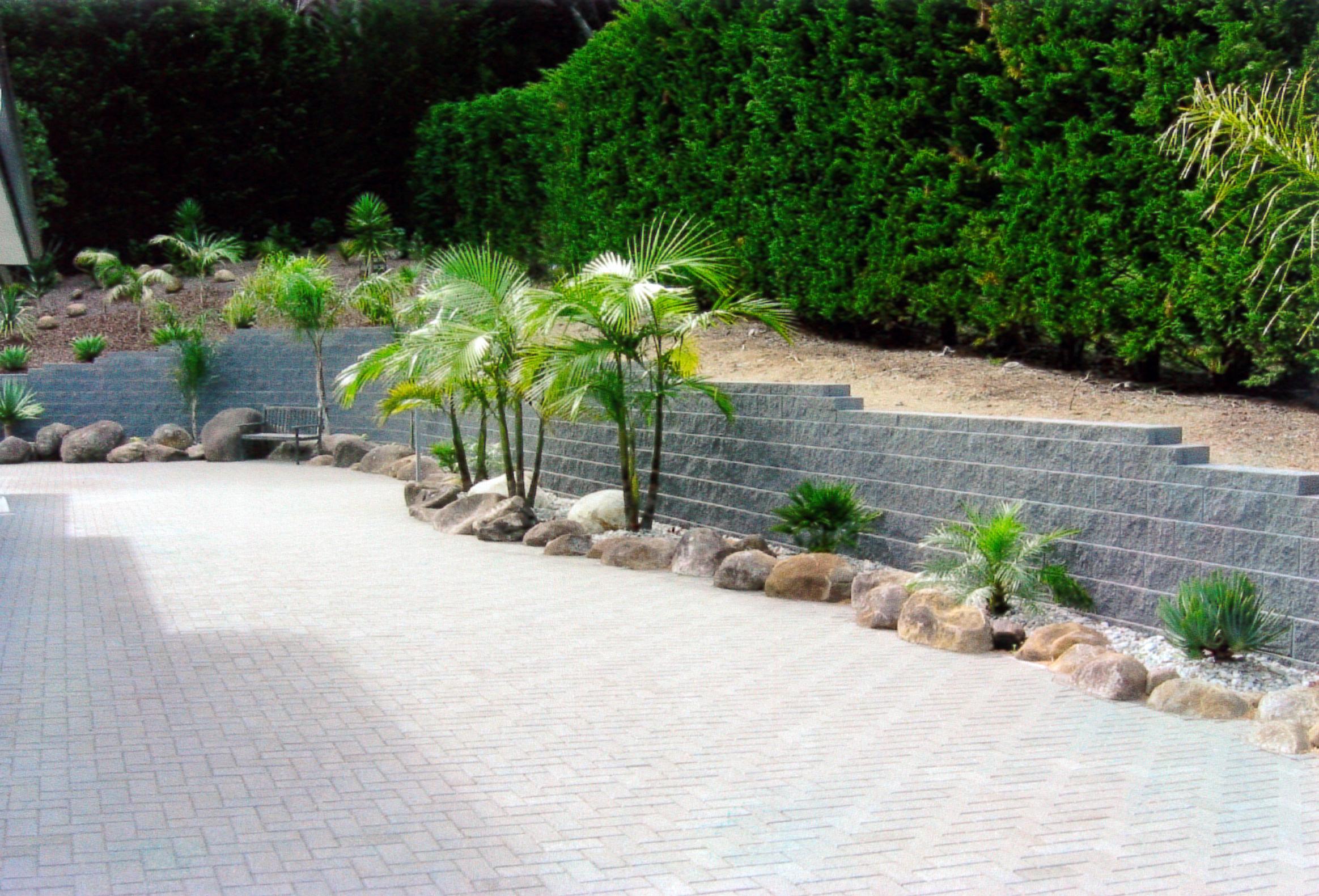 (13) Keystone retaining wall