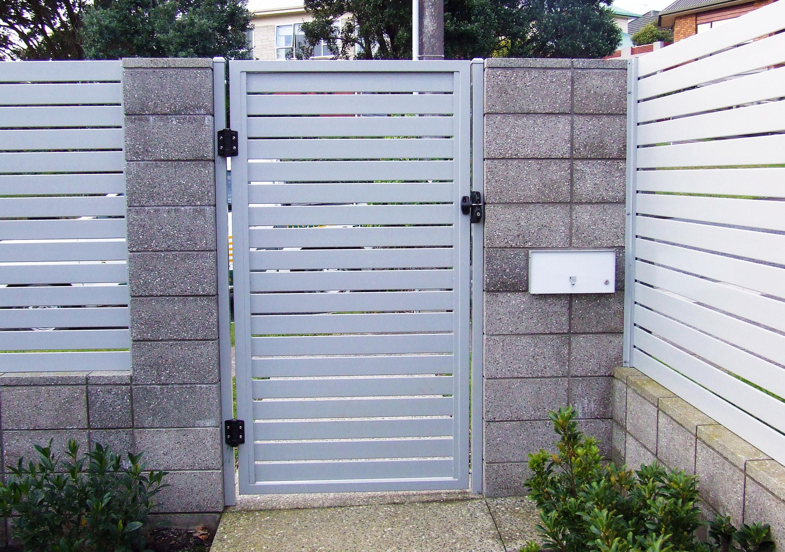 (18) Aluminium slat gate between honed block columns