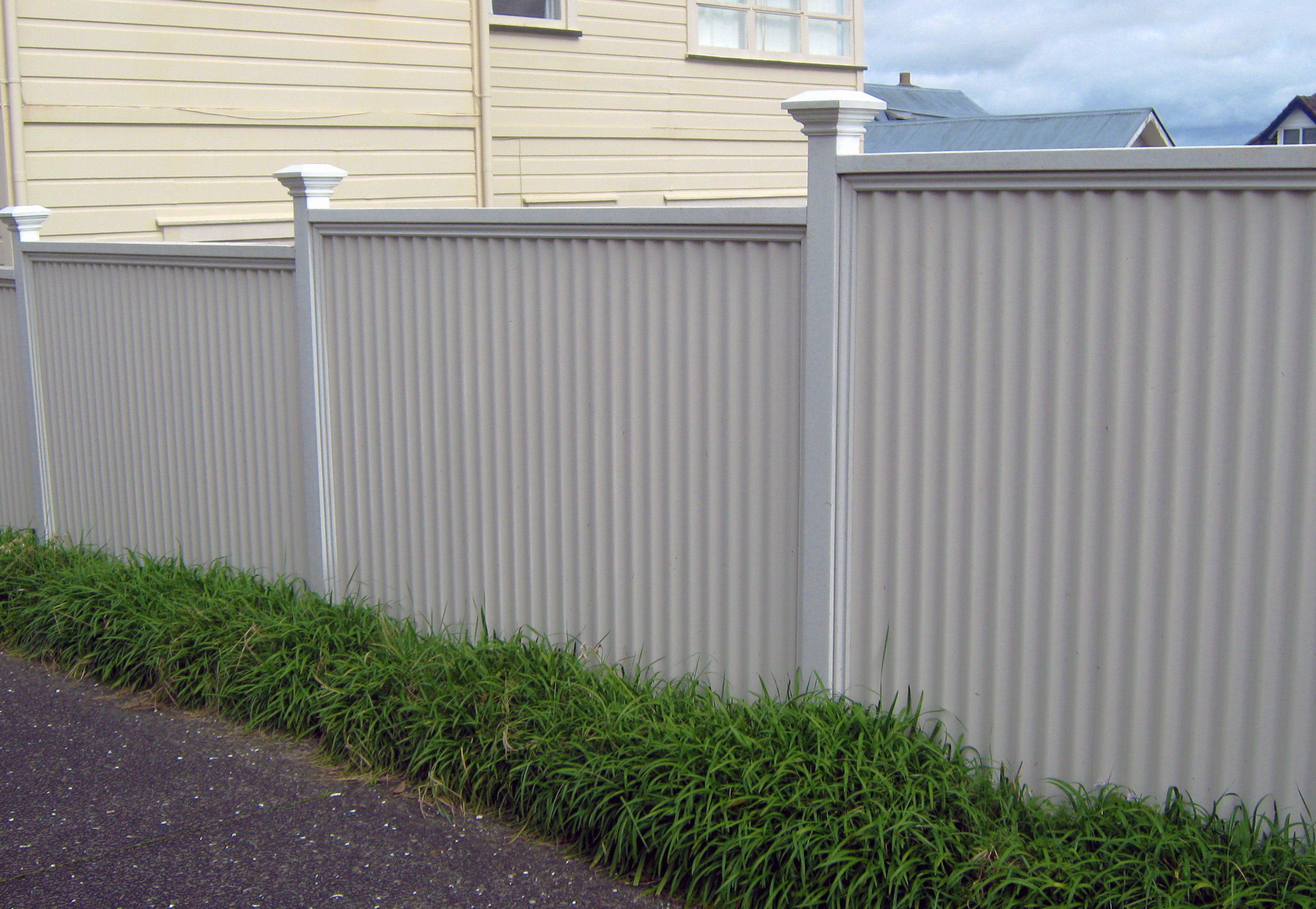 (23) Corrugated colour steel fence